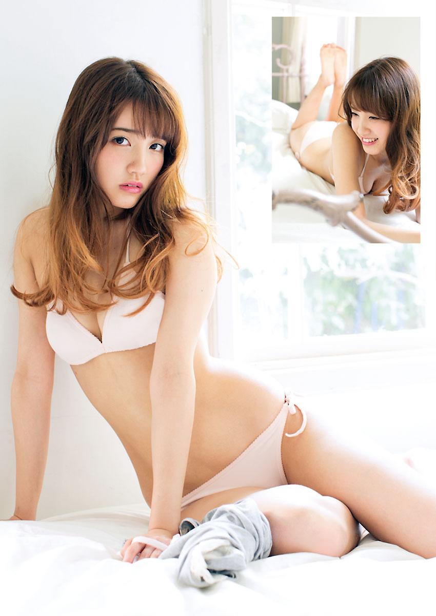 白いビキニ姿の加藤玲奈