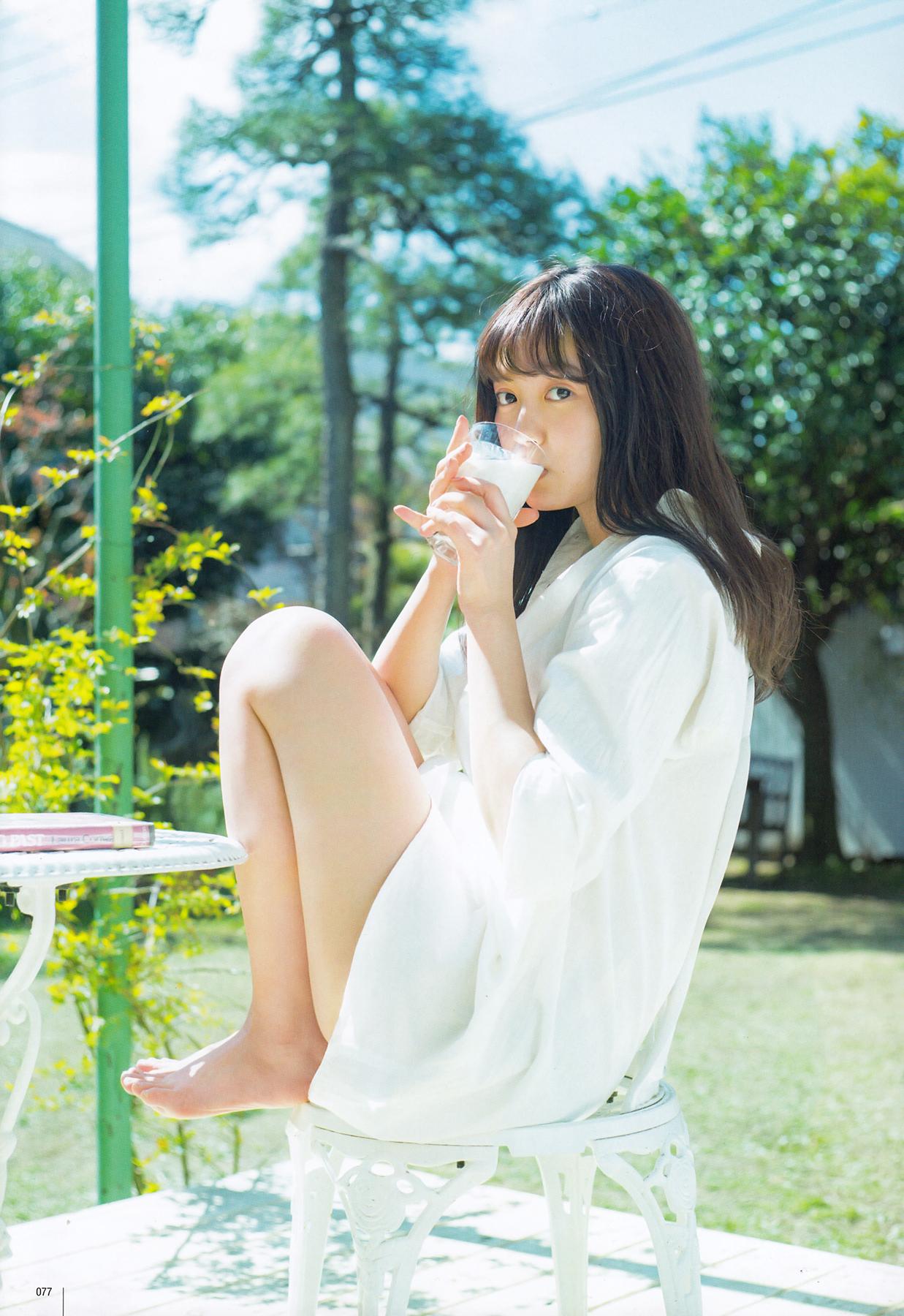 セクシーな格好で牛乳を飲んでいる中元日芽香の画像