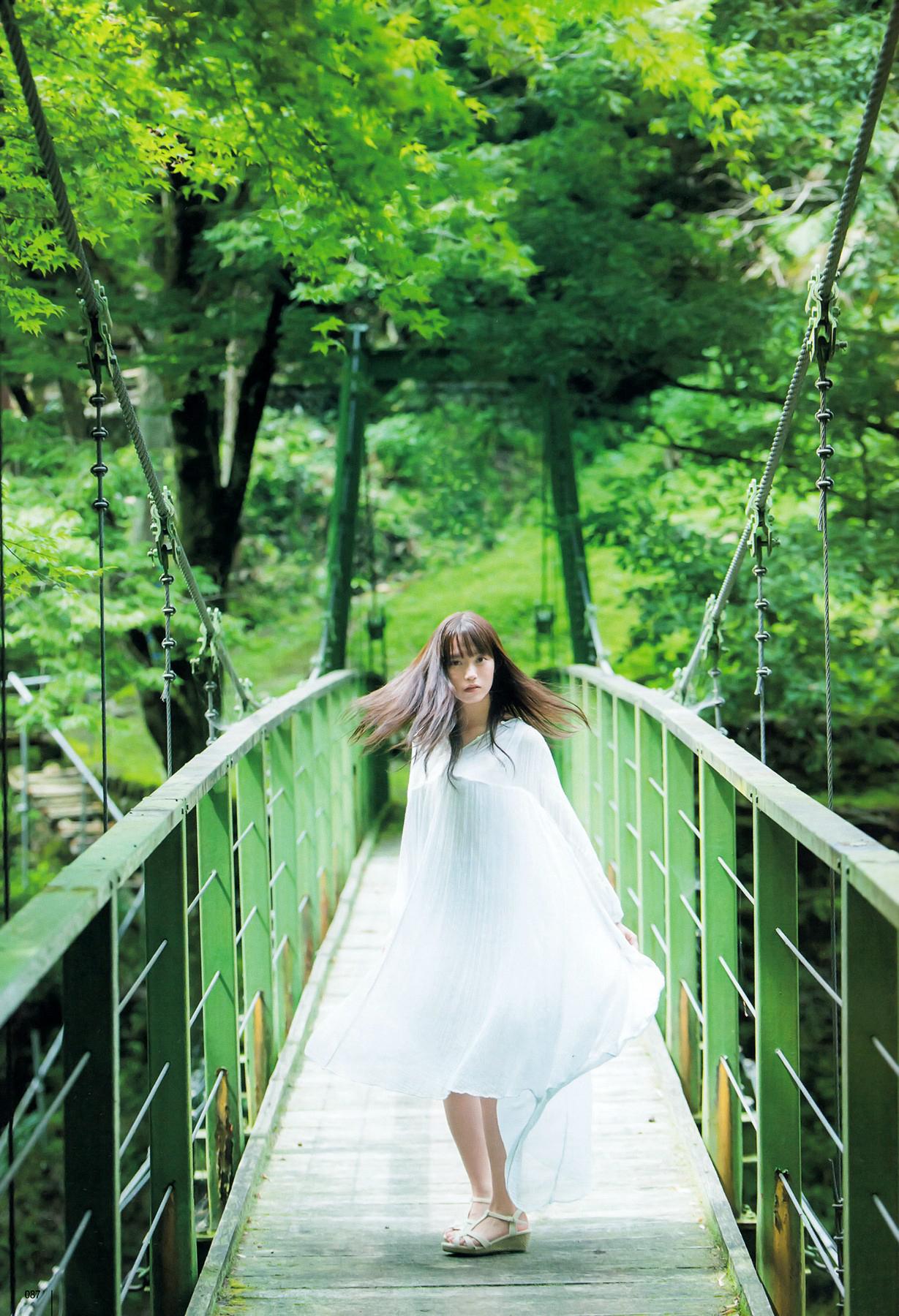 橋の上にいる中元日芽香の画像