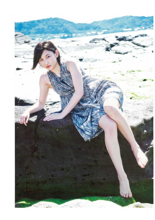 岩に座る志田愛佳