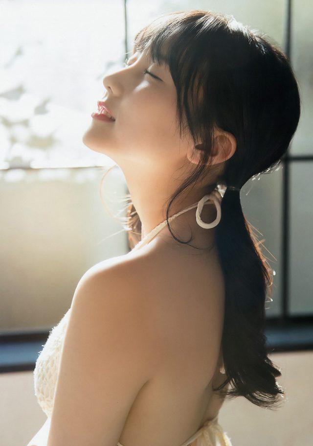 白い水着を着た田中美久