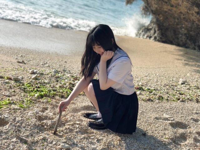 砂に文字を書く田中美久