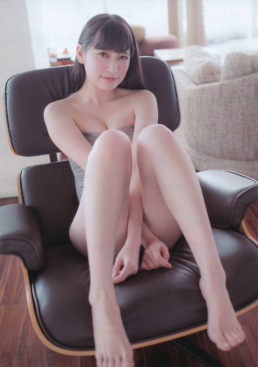 椅子の上の吉田朱里